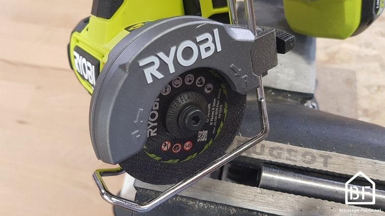 Mini-scie Ryobi RCT18C-0 sur une pièce de métal