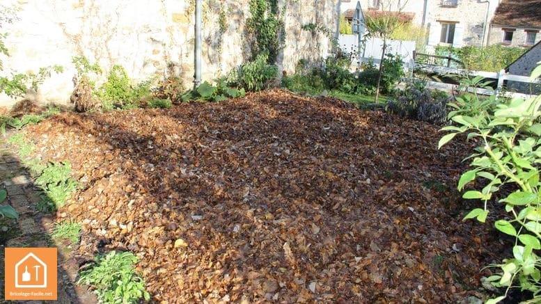 utiliser les feuilles mortes pour protéger le potager