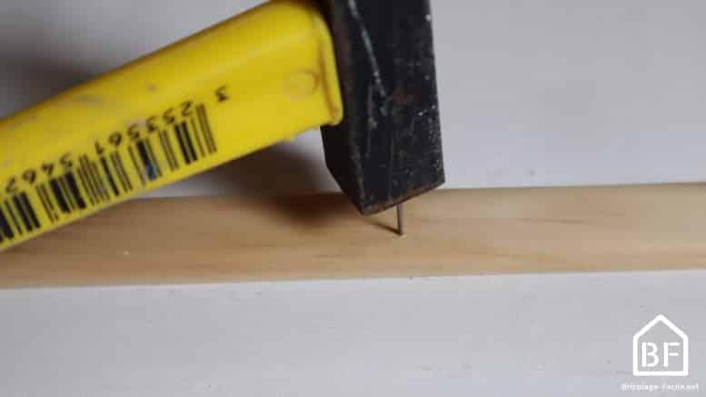 fixation de la baguette avec un clou