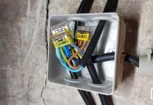 Boite de dérivation avec plusieurs cables électriques