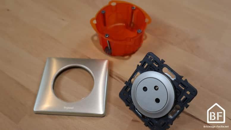 Trois éléments d'une prise électrique