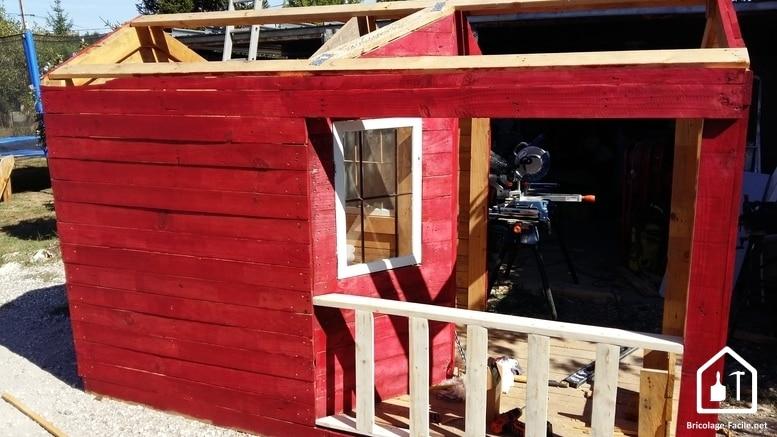Réaliser une cabane en bois de palettes - la peinture