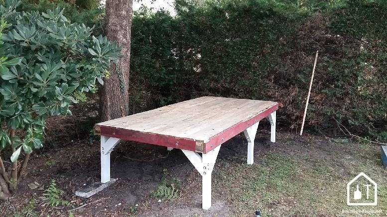 Réaliser une cabane en bois de palettes - la pose des pilotis et du plancher