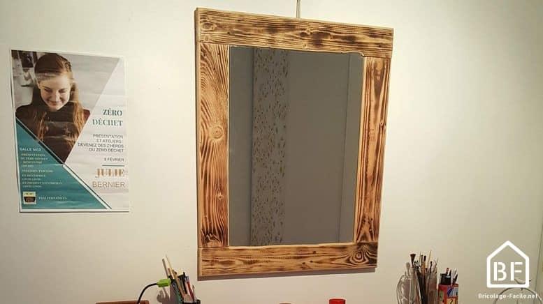miroir avec un cadre en bois de palette