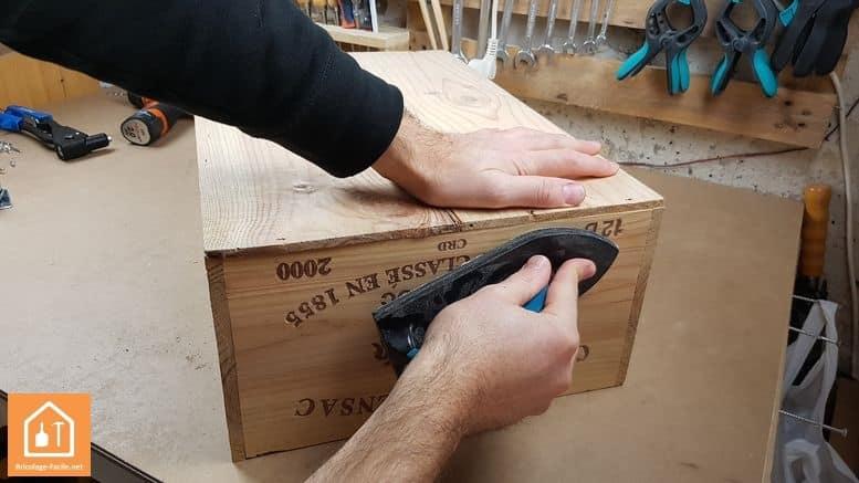 Caisse en bois à roulettes - ponçage de la caisse