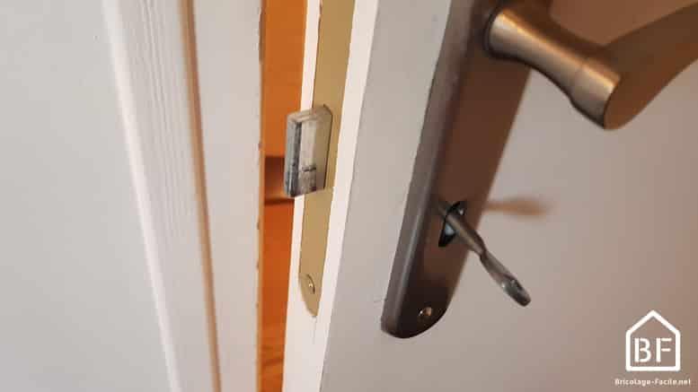 comment changer une serrure de porte int rieure bricolage facile. Black Bedroom Furniture Sets. Home Design Ideas