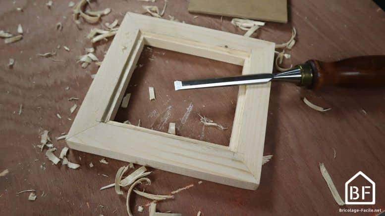 travail avec des ciseaux à bois