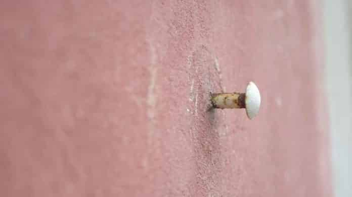 clou plante dans un mur