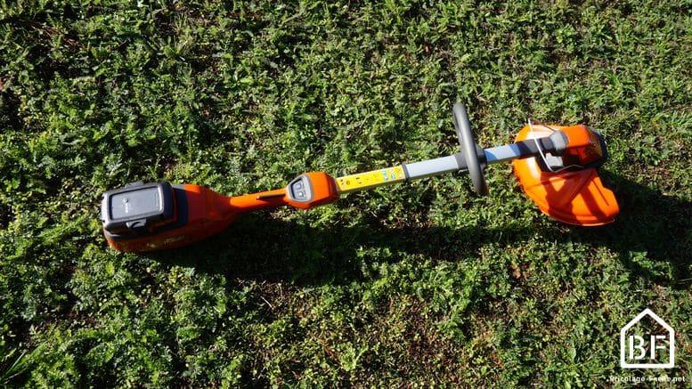 coupe-bordure Husqvarna 115iL dans l'herbe