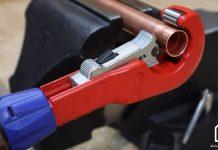 coupe-tube knipex coupant un tube de cuivre