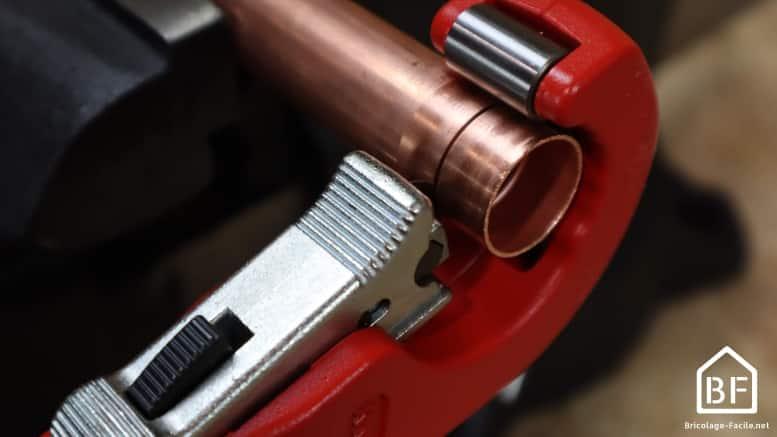utilisation du coupe-tube sur un tube de cuivre