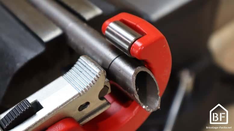 utilisation du coupe-tube sur un tube en acier