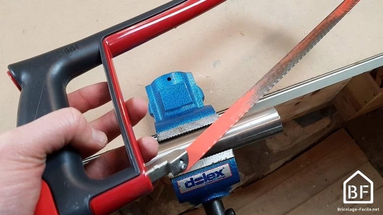 découper un tube en acier à la scie à métaux