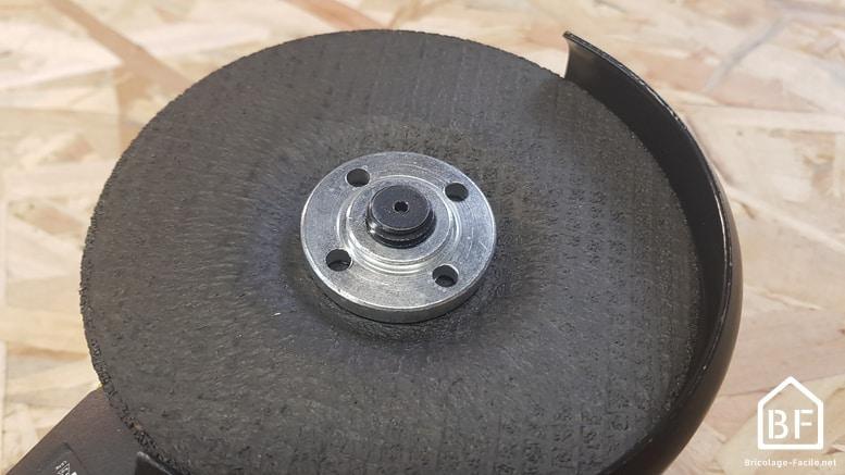 écrou de serrage classique installé sur la meuleuse