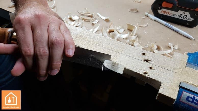 Epée en bois - morceau de bois dans l'étau Dolex