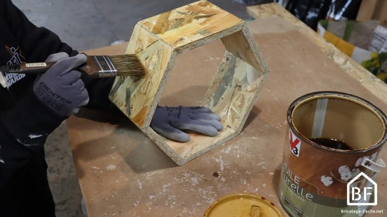 Peinture de l'étagère hexagonale en bois