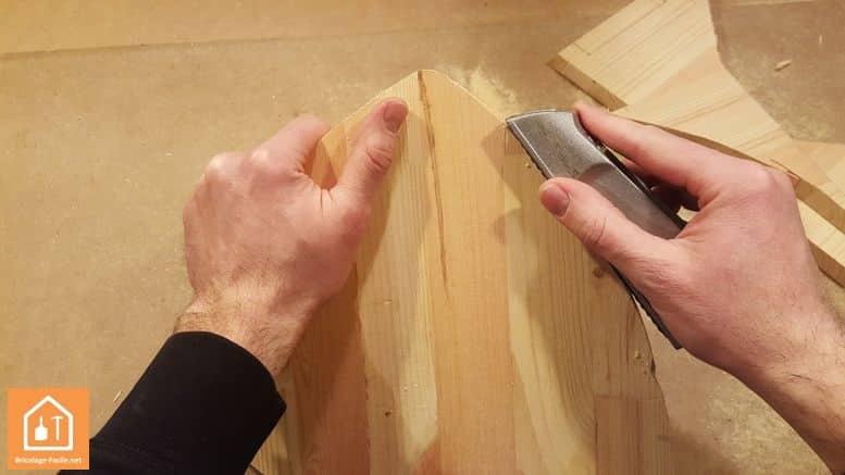 Fabriquer un bouclier en bois - travail des bords du bouclier avec une râpe à bois
