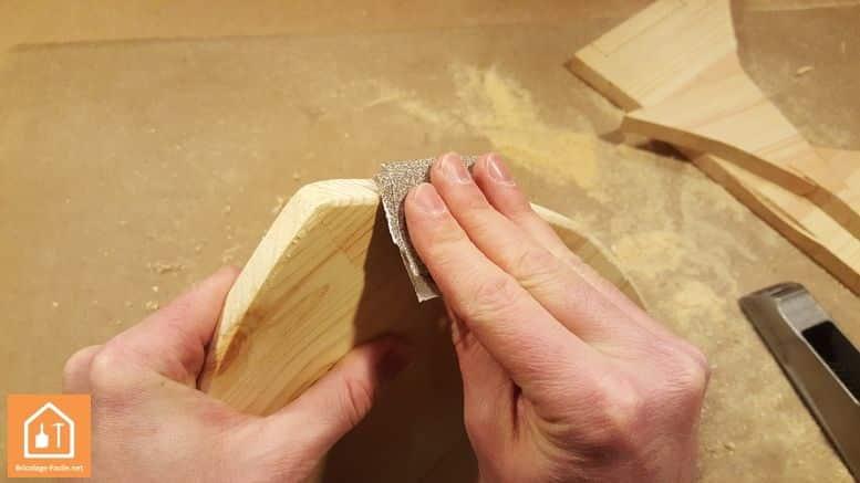 Fabriquer un bouclier en bois - ponçage