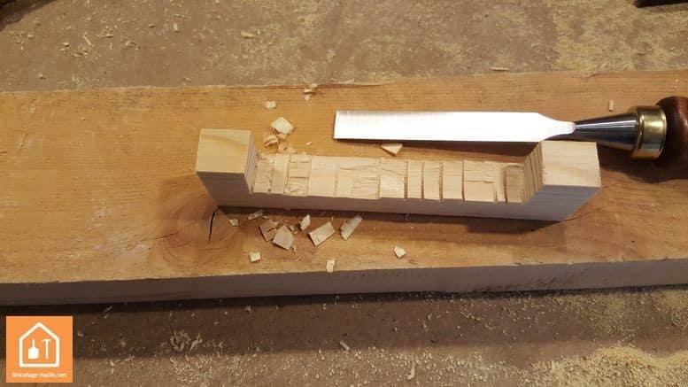 Fabriquer un bouclier en bois - on finalise avec un ciseau à bois