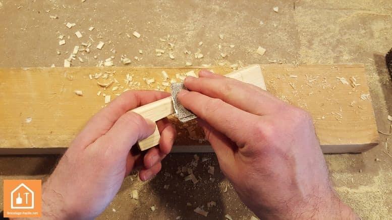 Fabriquer un bouclier en bois - ponçage de la poignée