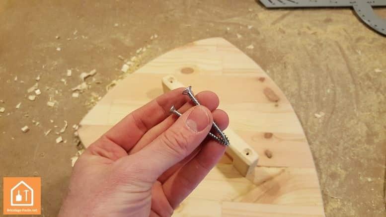 Fabriquer un bouclier en bois - fixation de la poignée