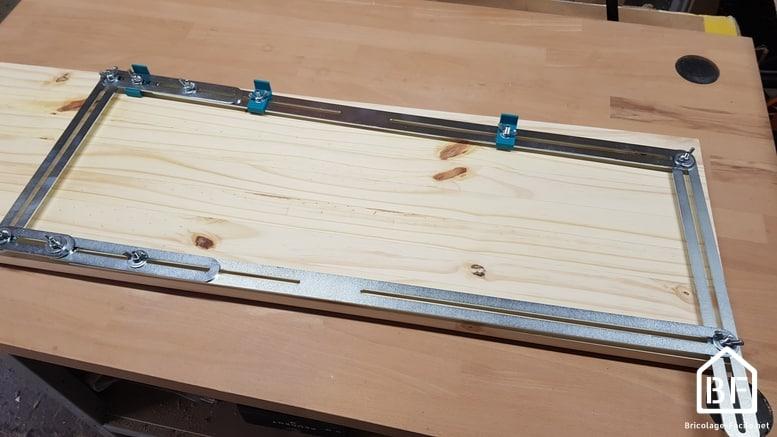 patron réglable sur une planche de bois