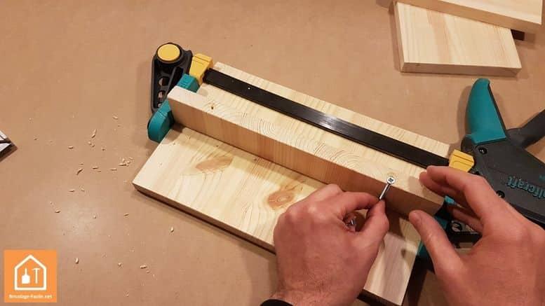 Fabriquer un marche pied en bois - les vis inserrées