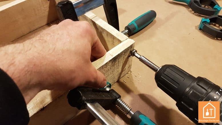 fabriquer un rangement pour ballons en palette - fixations des planches