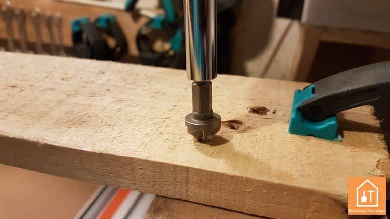 fabriquer un rangement pour ballons en palette - perçage de la planche