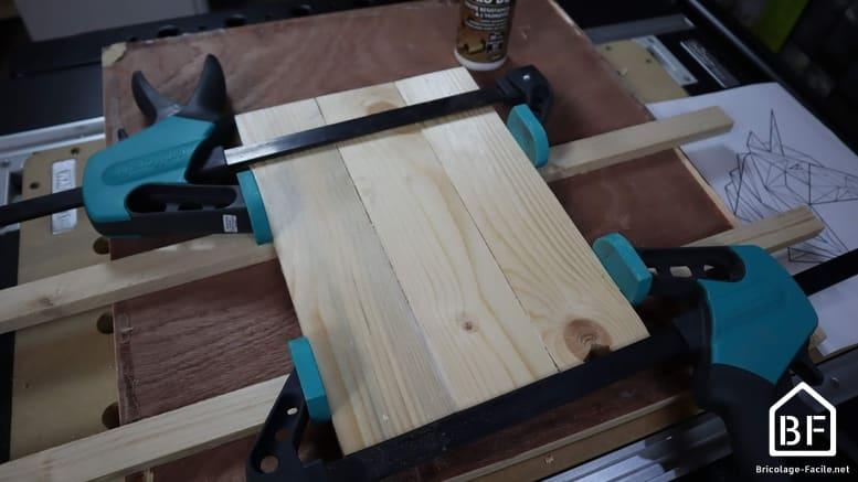 serre-joint pour maintenir la planche de bois