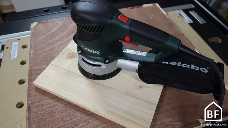 poncçage de la planche de bois