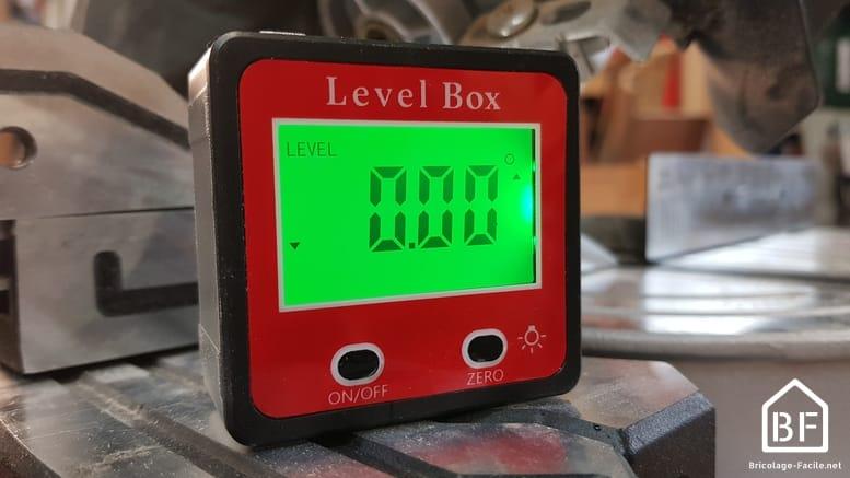 Level box sur le socle d'une scie à onglet