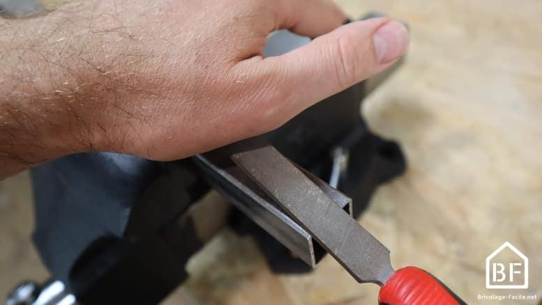 position de la main pendant le limage du métal