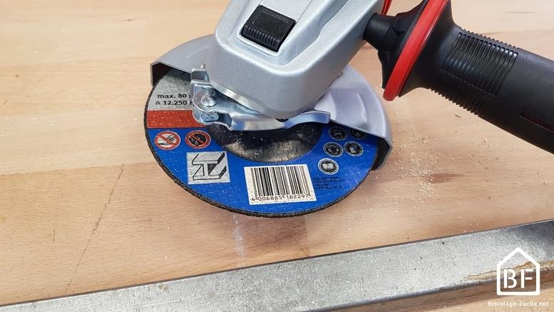 meuleuse en utilisation sur une pièce métallique