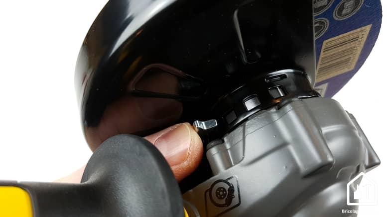 meuleuse sans fil DCG 414 54V de DEWALT - bouton de déblocage du carter