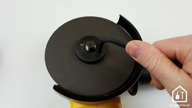 meuleuse sans fil DCG 414 54V de DEWALT - serrage du disque avec une clé allen
