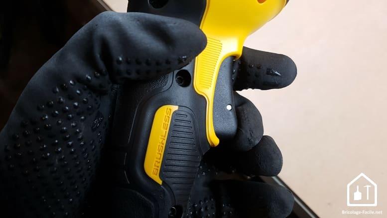 meuleuse sans fil DCG 414 54V de DEWALT - gâchette appuyée avec un gant