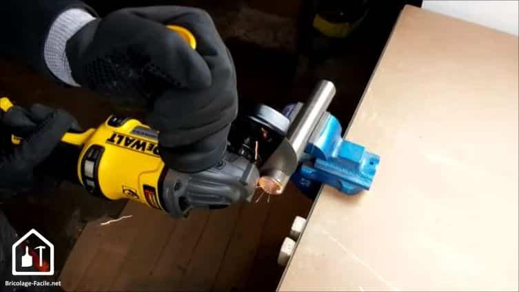 meuleuse sans fil DCG 414 54V de DEWALT - meuleuse en cours d'utilisation
