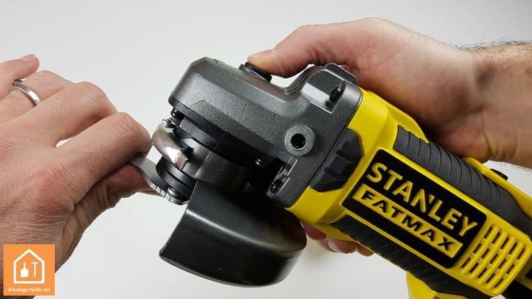meuleuse sans fil Stanley Fatmax - bouton de blocage
