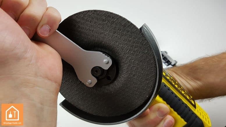 meuleuse sans fil Stanley Fatmax - changement de disque avec la clé