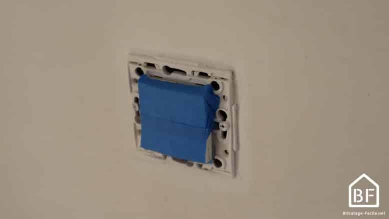 protéger les interrupteurs avec du scothc de peintre