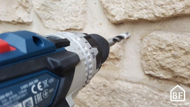 perçage d'un mur avec la perceuse Bosch Pro