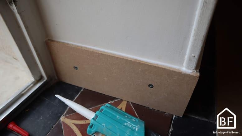 Application d'un joint acrylique sur la plinthe