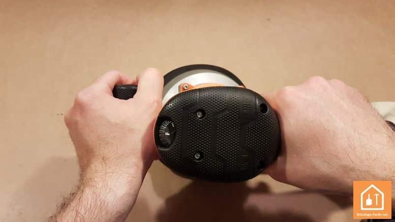 ponceuse excentrique EX 150 E d'AEG - prise en main poignée secondaire