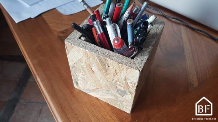 pot à crayon en OSB sur un bureau