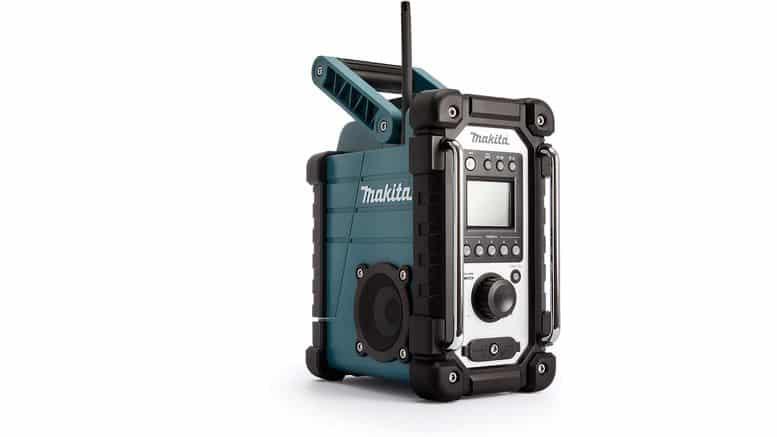 radio Makita DMR107 sur fond blanc