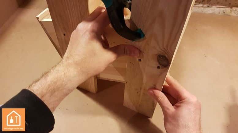 rangement avec des caisses de vin - serrage de la seconde planche