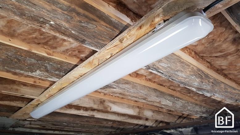 réglette LED au plafond