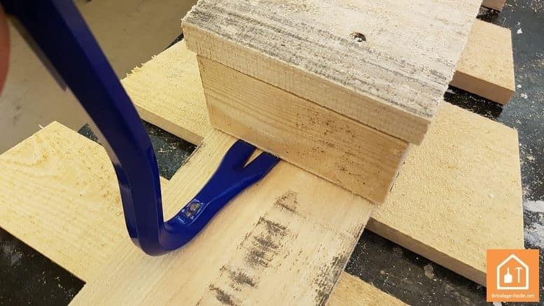 sapin en bois de palettes - démontage des cubes avec un pied de biche