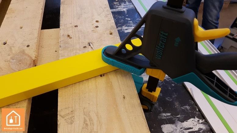 sapin en bois de palettes - serrage avec les serre-joint de Wolfcraft